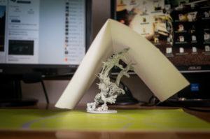 Troll schnie pod kartką papieru, w celu uniknięcia drobinek kurzu.